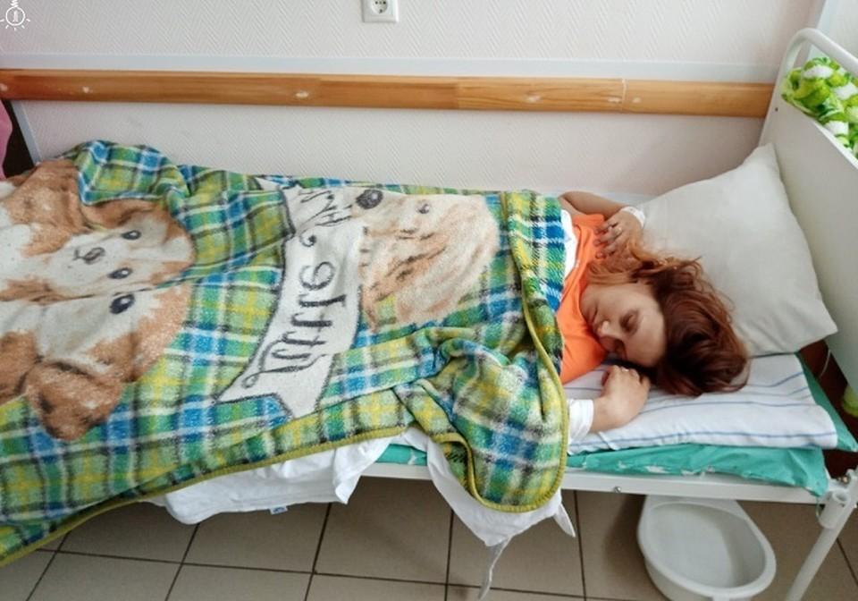 """Пациентку положили в коридоре, чтобы она не мешала криком другим больным. Фото: паблик """"Лампа"""" """"Вконтакте"""""""