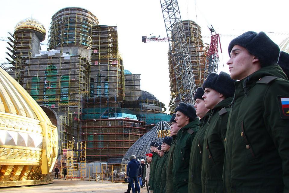 Перед началом церемонии установки купола на Главный храм Вооруженных сил России, ноябрь 2019 г.