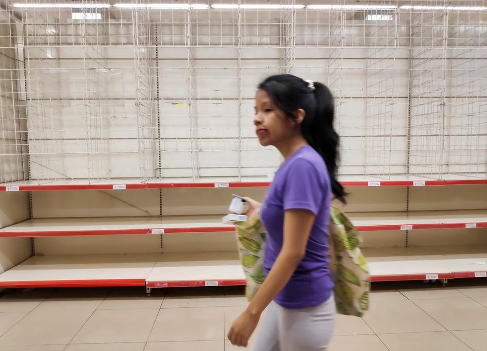На волне коронавирусной угрозы, покупатели сметают продукты с полок.