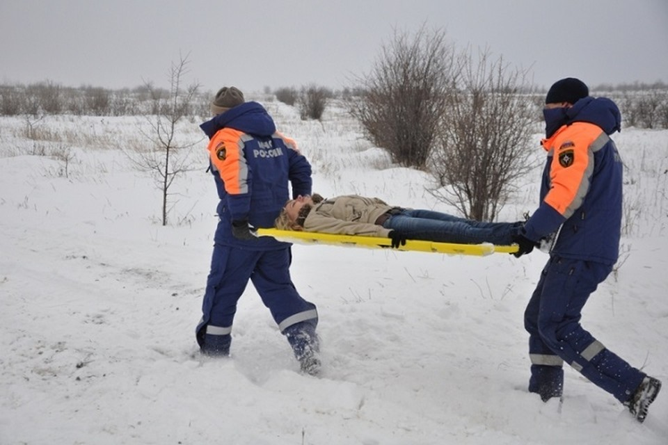 Спасатели помогли доставить тело на берег