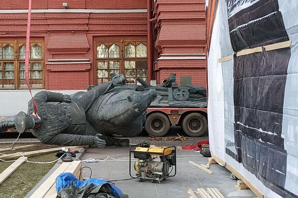 С Манежной площади в Москве демонтировали памятник маршалу Жукову