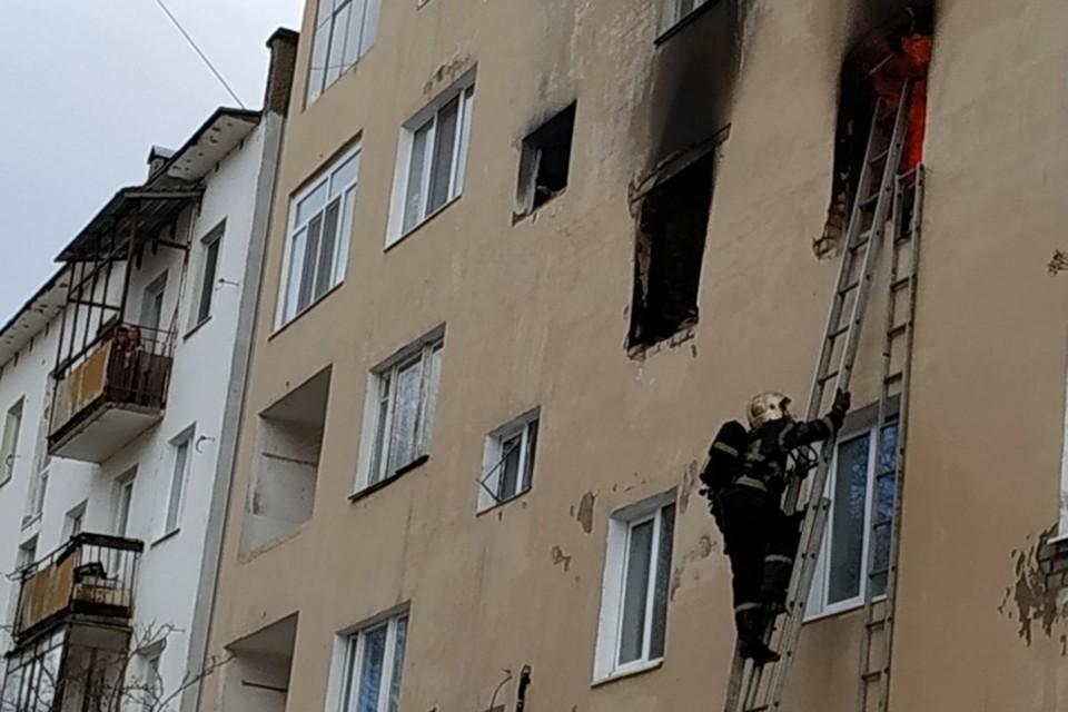 Пожарные долго не могли попасть внутрь охваченной пламенем квартиры.