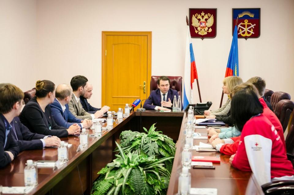 Глава региона встретился с волонтерами, чтобы обсудить, как действовать в новых обстоятельствах. Фото: правительство Мурманской области