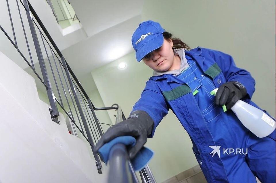 В Челябинске коммунальщиков обязали обрабатывать перила в подъезде и кнопки лифтов.