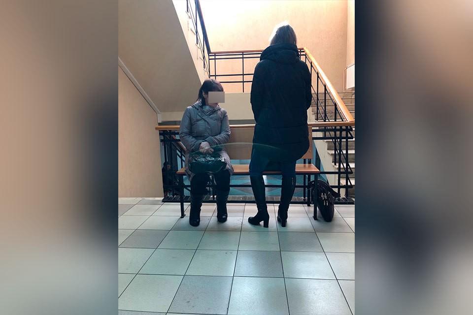 Бабушка (слева) и мама малышки на суд пришли вместе. Фото: предоставлено волонтерами