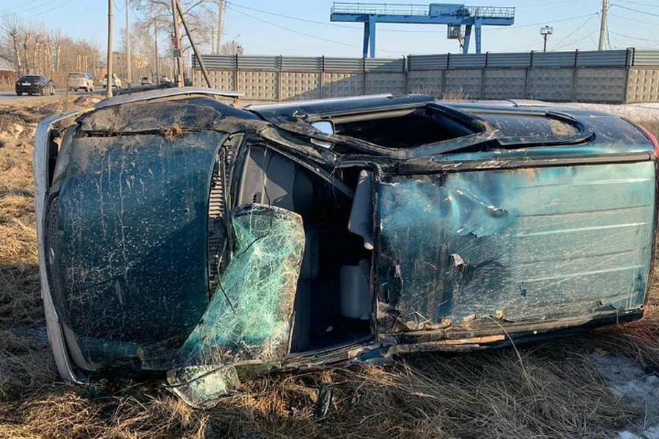 Чудом уцелевшего водителя вытащили из разбитой машины в Комсомольске