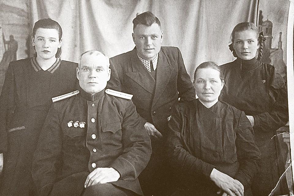 Семья основателя династии Агиенко-Емелиных-Беспаловых-Толчиных. Никифор Тарасович в нижнем ряду слева. Фото: личный архив.