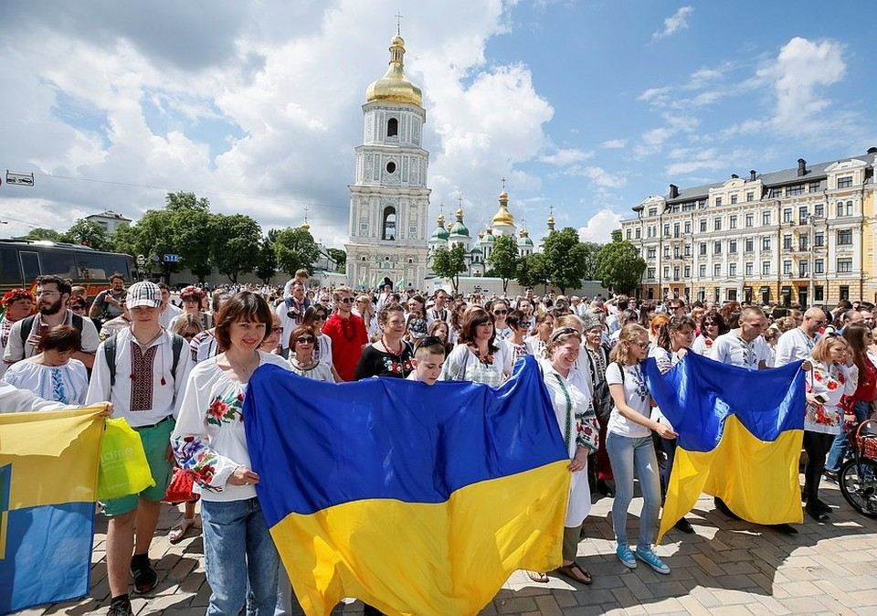 «Хотите, меня убивайте»: Украинка на коленях извинилась за заражение коронавирусом