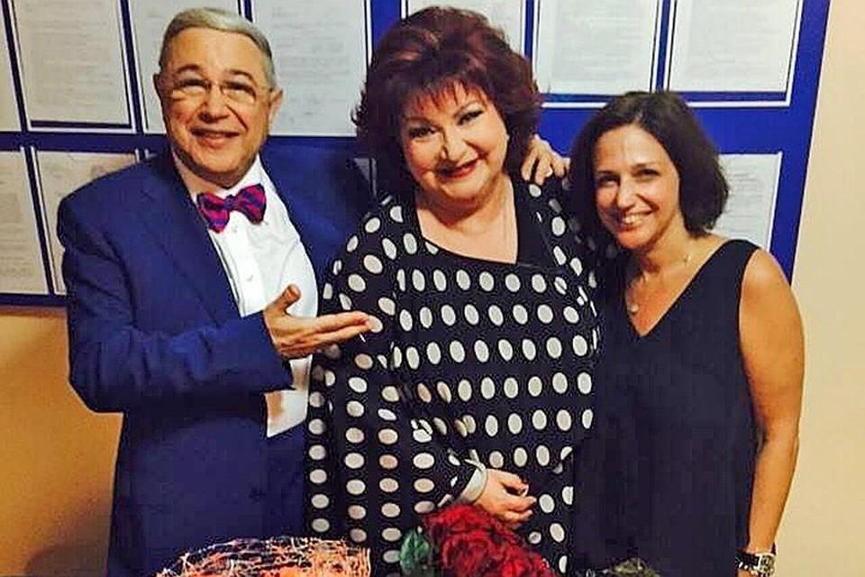 После развода Евгения Петросяна и Елены Степаненко дочь сатирика стала регулярно приезжать в Москву, чтобы морально поддержать Елену Григорьевну