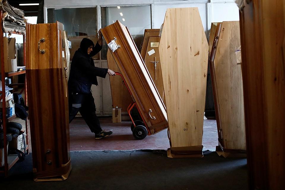 Подготовка гробов для жертв коронавируса в пригороде Парижа.