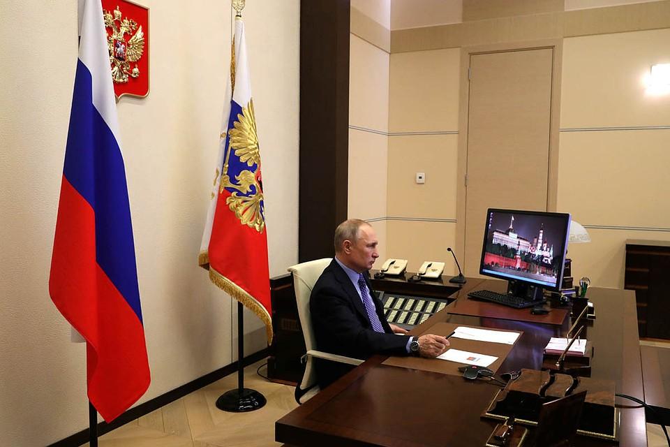 Это уже второе мероприятие на этой неделе, которое президент проводит в режиме телеконференции. Фото: Михаил Климентьев/ТАСС