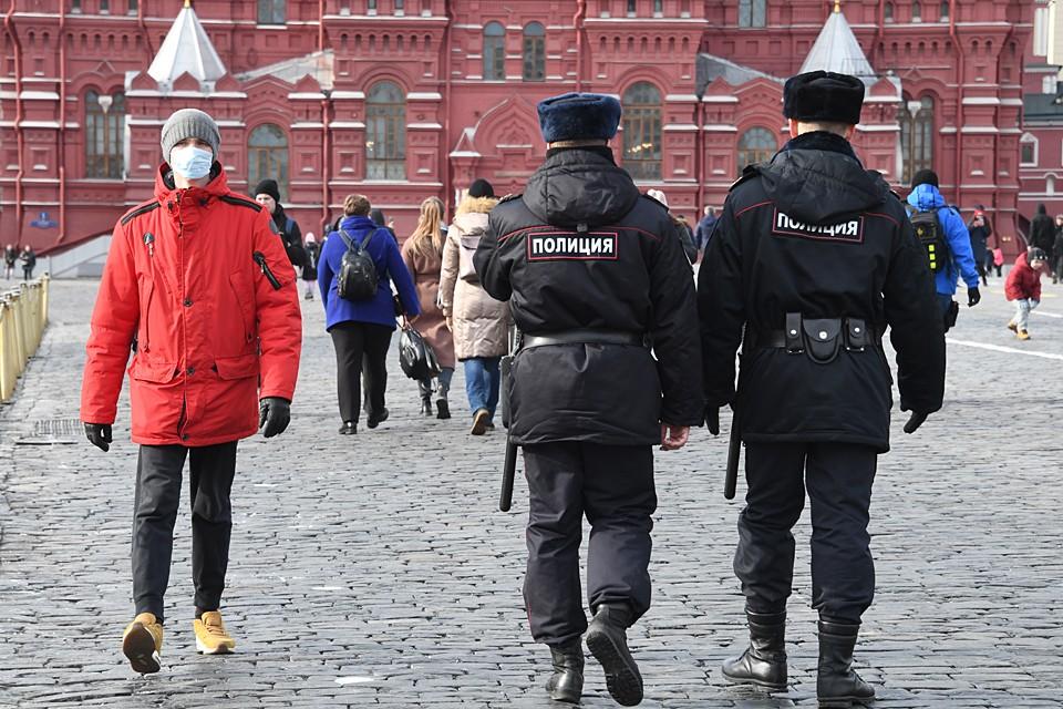 В последние дни полицейские в общественных местах населенных пунктов активно информируют местных жителей об ограничительных мерах