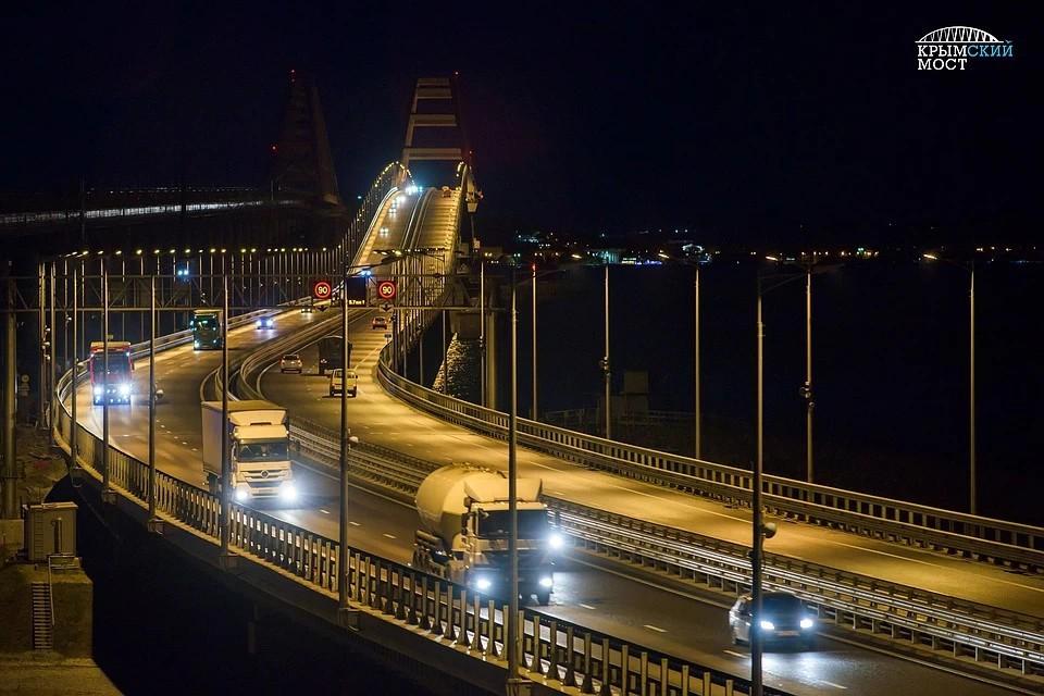 Движение грузовиков по Кымскому мосту не ограничено. Фото: Инфоцентр Крымский мост