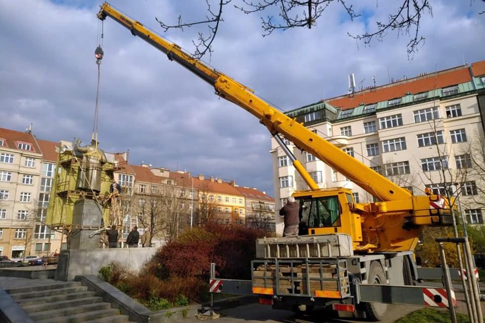 После долгой общественной полемики в Праге всё-таки снесли памятник советскому маршалу Ивану Коневу — одному из освободителей этого города в 1945 году.