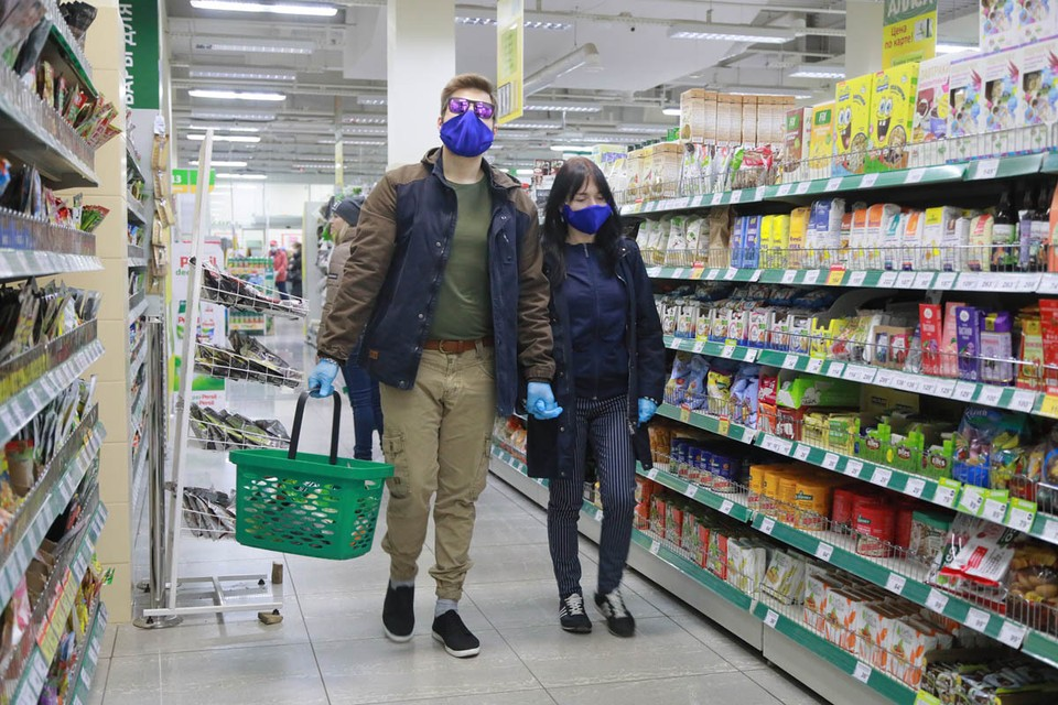 Министерство промышленности и торговли РФ разослало в регионы страны письмо с разъяснениями по поводу магазинов, куда могут ходить люди во время эпидемии коронавируса.