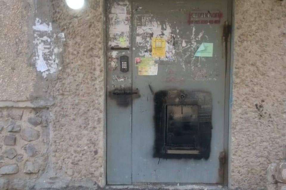 В прикаспийском городе Актау закрыли щеколду на подъездной двери — чтобы сидели тихо и не высовывались
