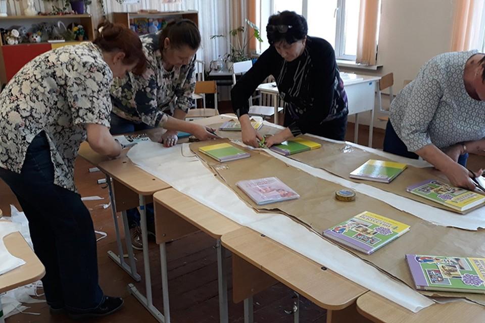 Учителя Шумилинской школы №1 шьют защитные комбинезоны для врачей. Фото: предоставлено СШ №1.