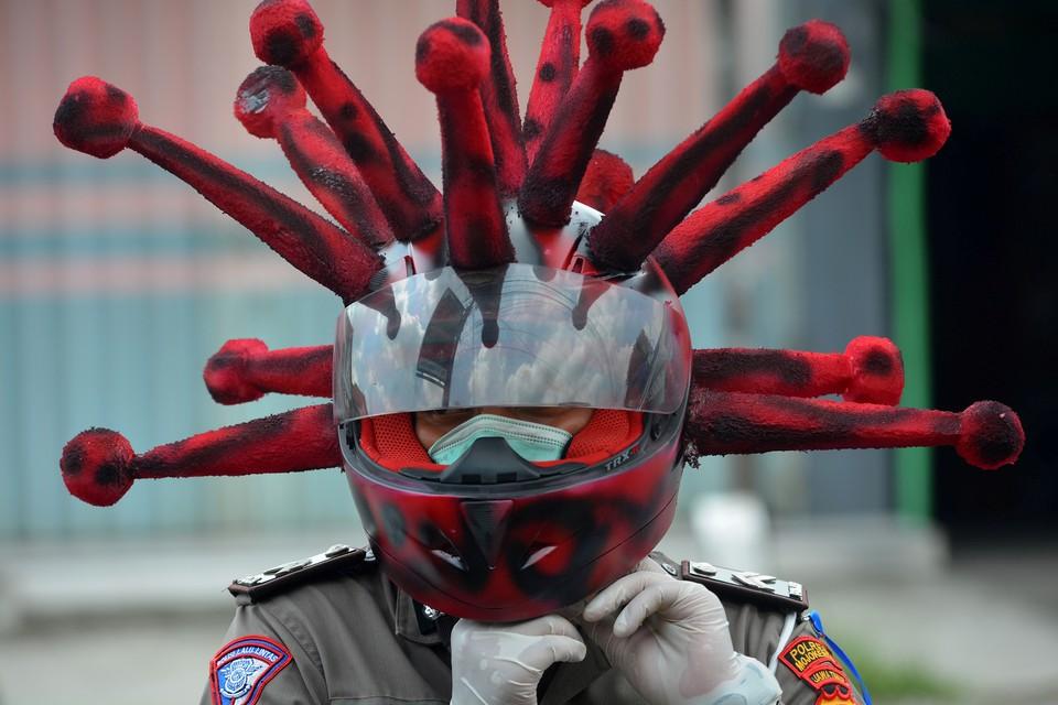 Шлем полицейского в виде коронавируса в Индонезии.