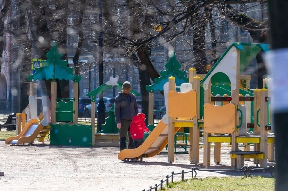 В Санкт-Петербурге оштрафовали на 15 тысяч горе-отца, который вывел малыша прогуляться на закрытую детскую площадку.
