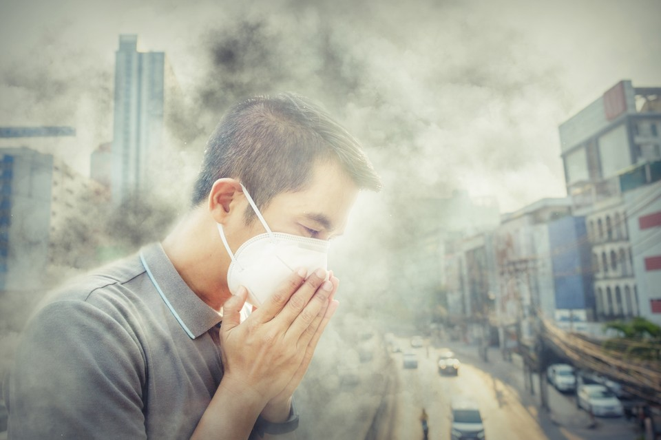 Загрязнение окружающей среды может является одной из причин тяжелых последствий от коронавируса. Фото: shutterstock.com
