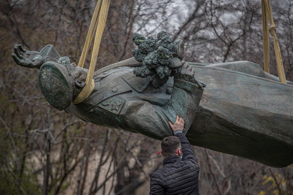 Памятник маршалу Советского Союза Ивану Коневу во время демонтажа на площади Интербригады в шестом районе Праги. Фото: EPA/MARTIN DIVISEK/ТАСС