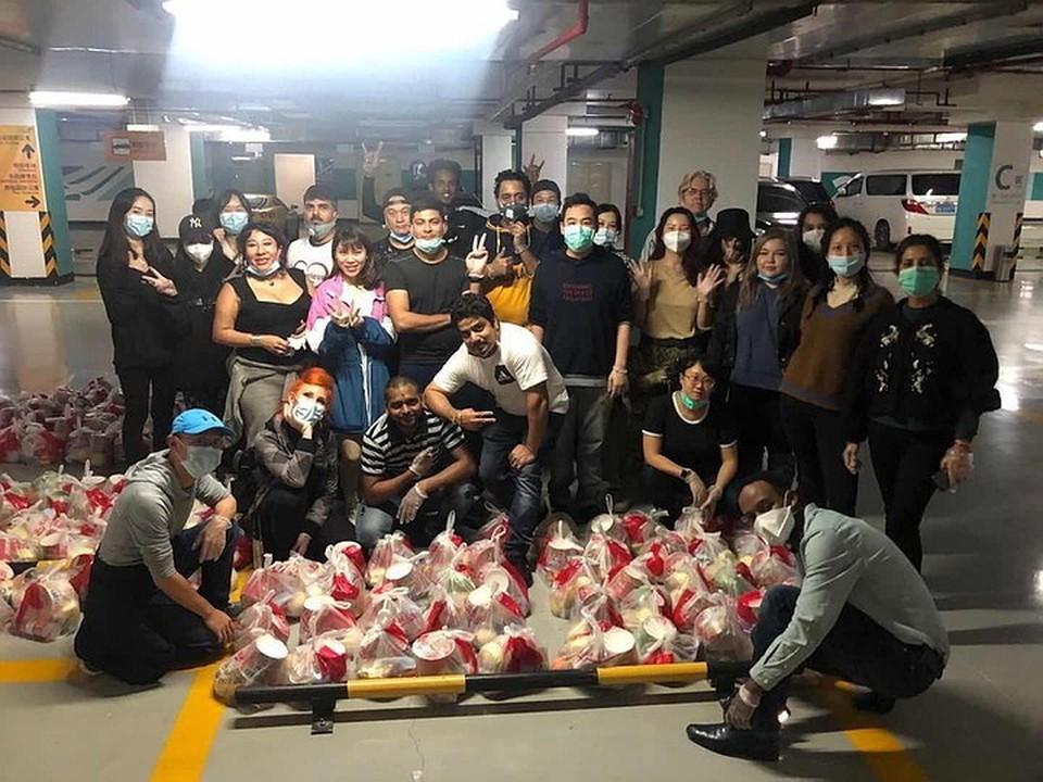 Ксенофобию проявляет лишь малая часть китайцев. Другие становятся волонтёрами и помогают бездомным.