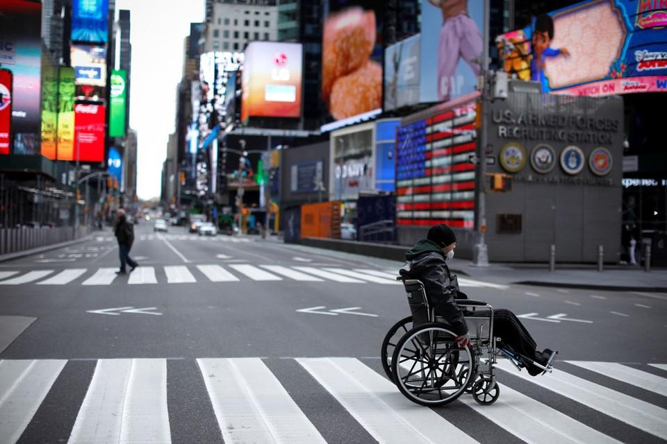 В последние дни многие люди со всего мира видели телевизионные кадры из Нью-Йорка: площадь Таймс-сквер пуста, в Центральном парке построена полевая больница, поликлиники переполнены, а авторефрижераторы служат дополнительными моргами.