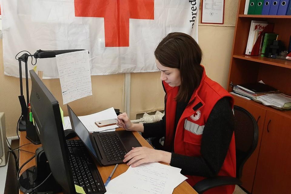 Пока на линии работают восемь волонтеров, но они будут рады помощи. Фото: Санкт-Петербургское региональное отделение Российского Красного Креста