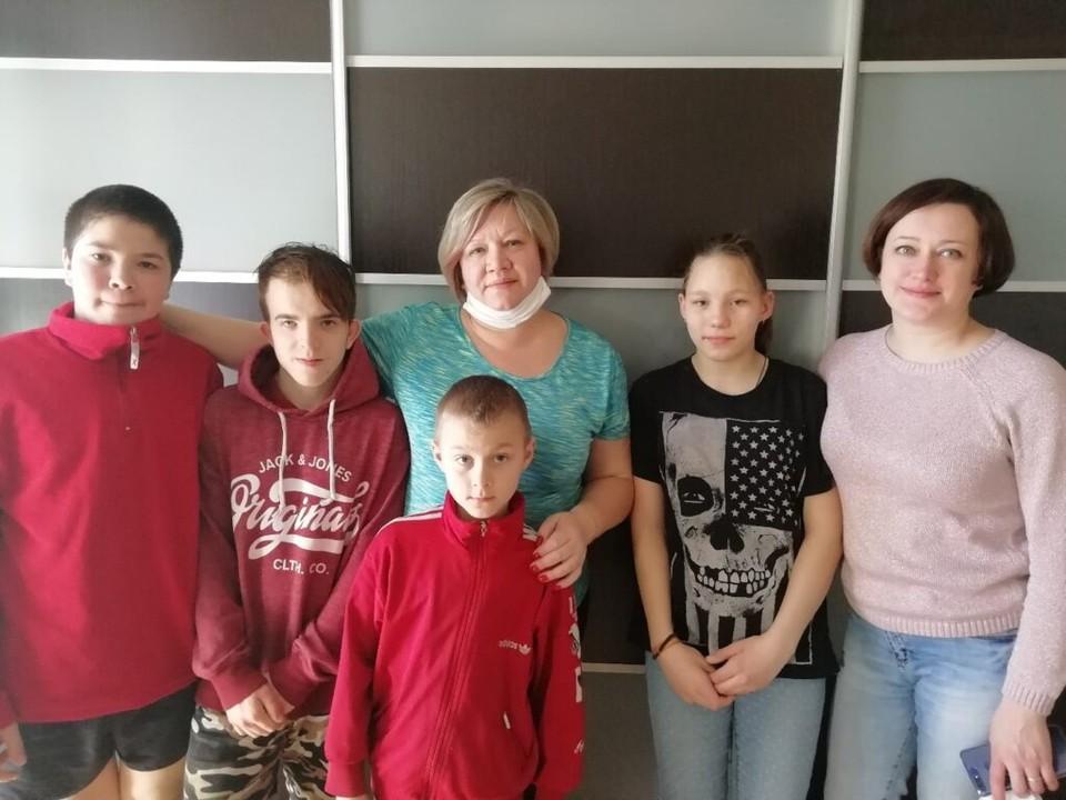 Директор Центра Татьяна Васильева (в центре) вместе с сотрудниками забрали детей в свои семьи. Фото: официальная страница Центра помощи детям №8 «Вконтакте».
