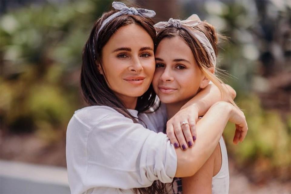 Саша Зверева с дочкой Василисой.