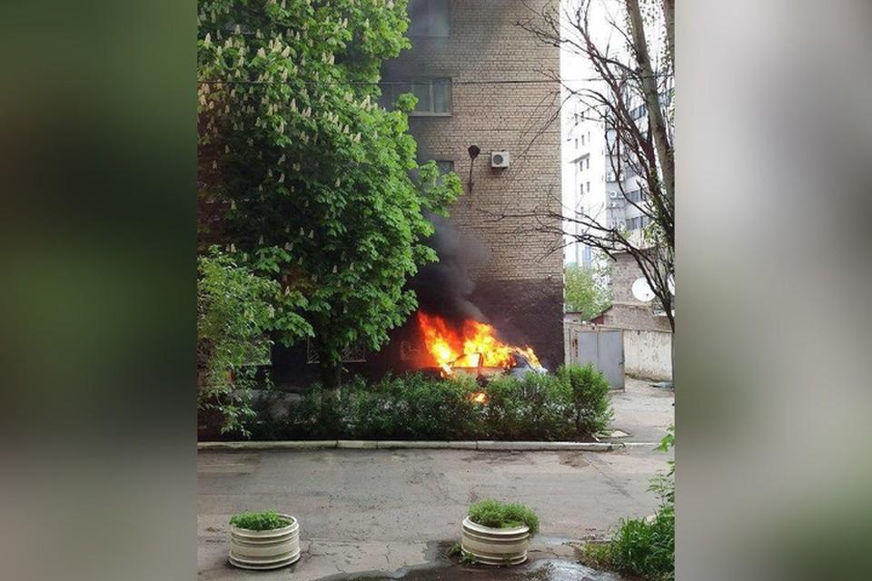 Автомобиль был припаркован непосредственно у стены здания. Фото: Инцидент Донецк   ДТП   ЧП   Происшествия   Live