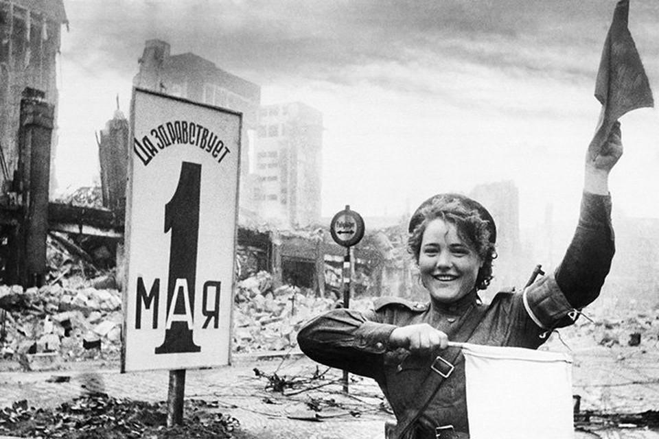 Военная регулировщица Мария Шальнова на улице Берлина. Май 1945 года. Автор Евгений Халдей/ТАСС