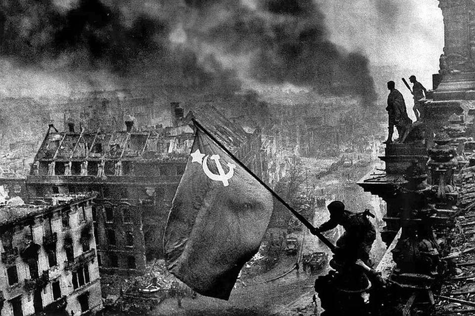Знамя Победы на крыше здания рейхстага, май 1945 г.