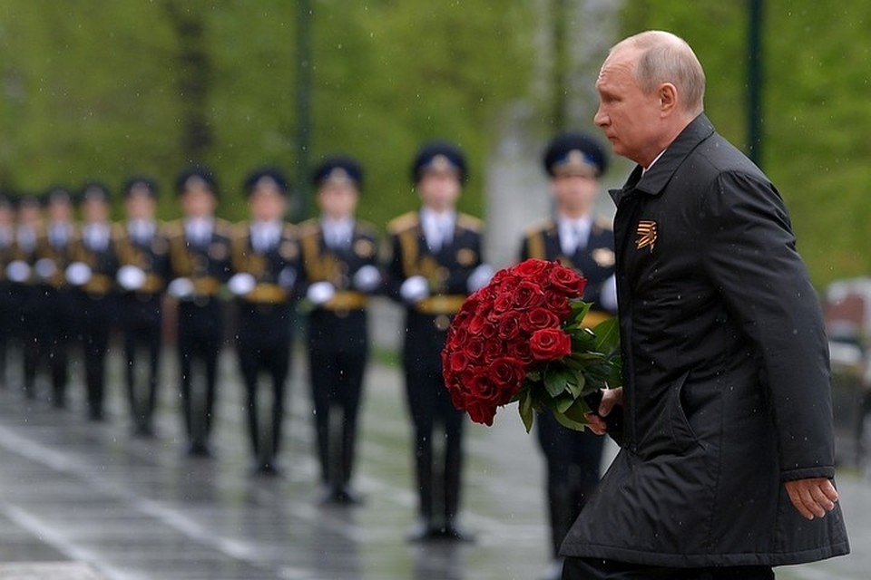 Президент возложил цветы к Могиле Неизвестного солдата и поздравил страну с праздником