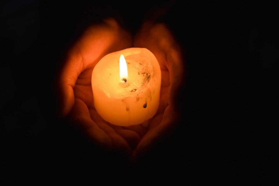 Новосибирцев просят подойти к окнам со свечами и фонариками.