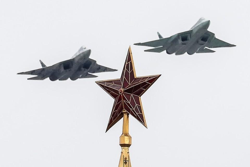 Истребители пятого поколения Су-57 над Красной площадью. Фото: Григорий Дукор/ТАСС