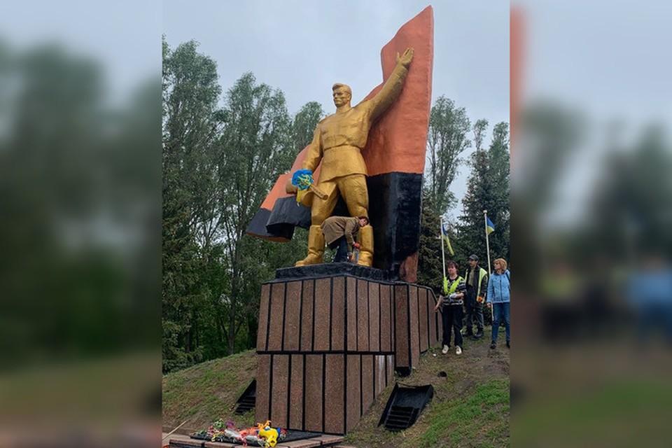 Нижнюю часть красного флага вандалы закрасили черной краской, а руку советского воина перевязали полотнищем с трезубцем. Фото: Facebook/Вадим Лях