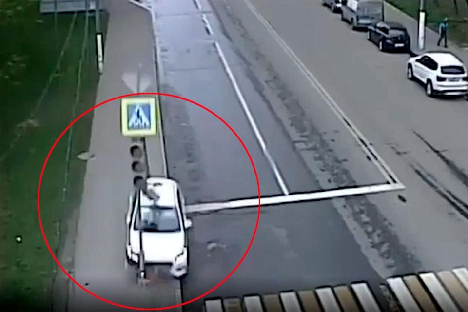 Момент, когда такси, выехав на тротуар, врезается в светофор, попало на видео.