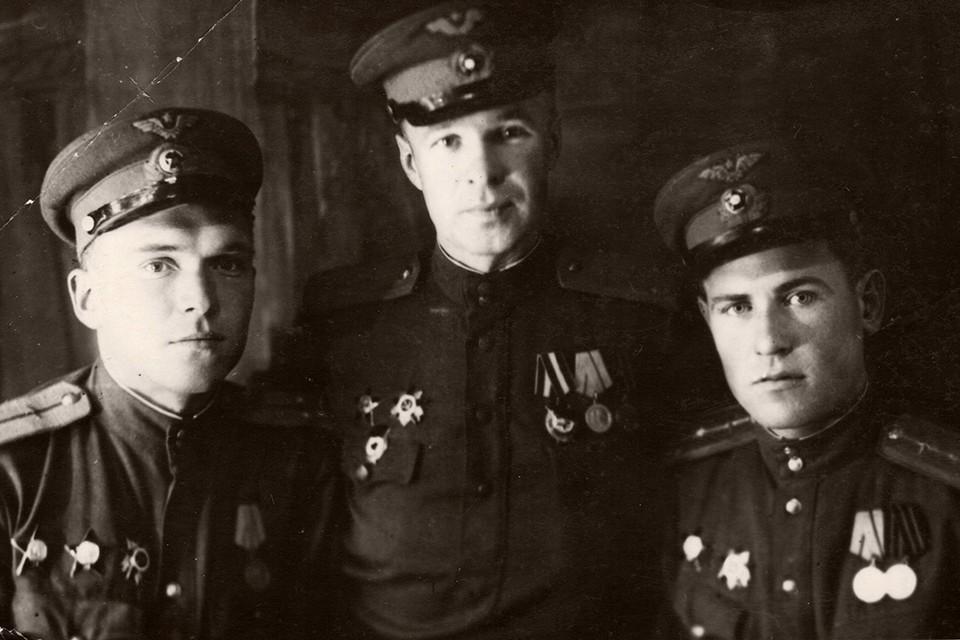 Сергей Валицкий (в центре) сначала работал на заводе токарем, а затем стал высококлассным пилотом. Фото: личный архив