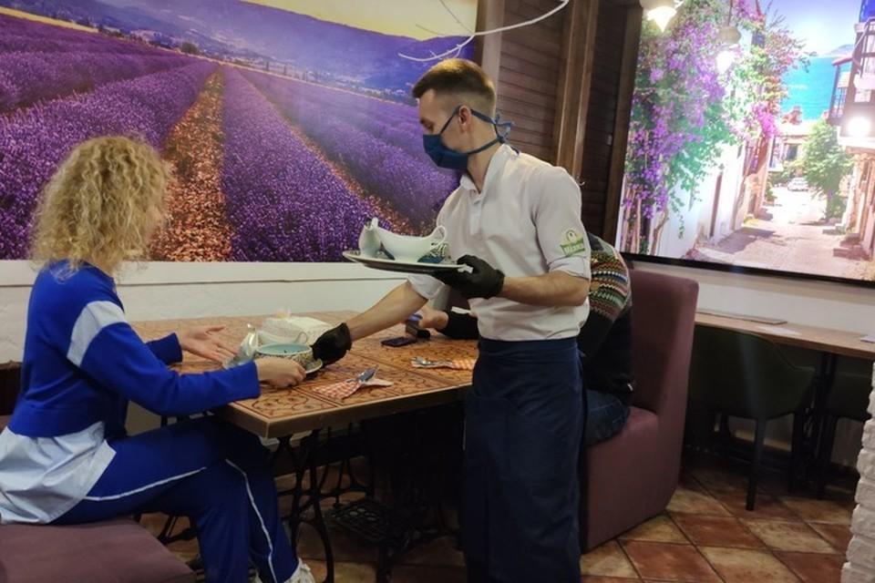 Сохраняются ограничения в работе кафе и ресторанов. Фото: Андрея Бегезы