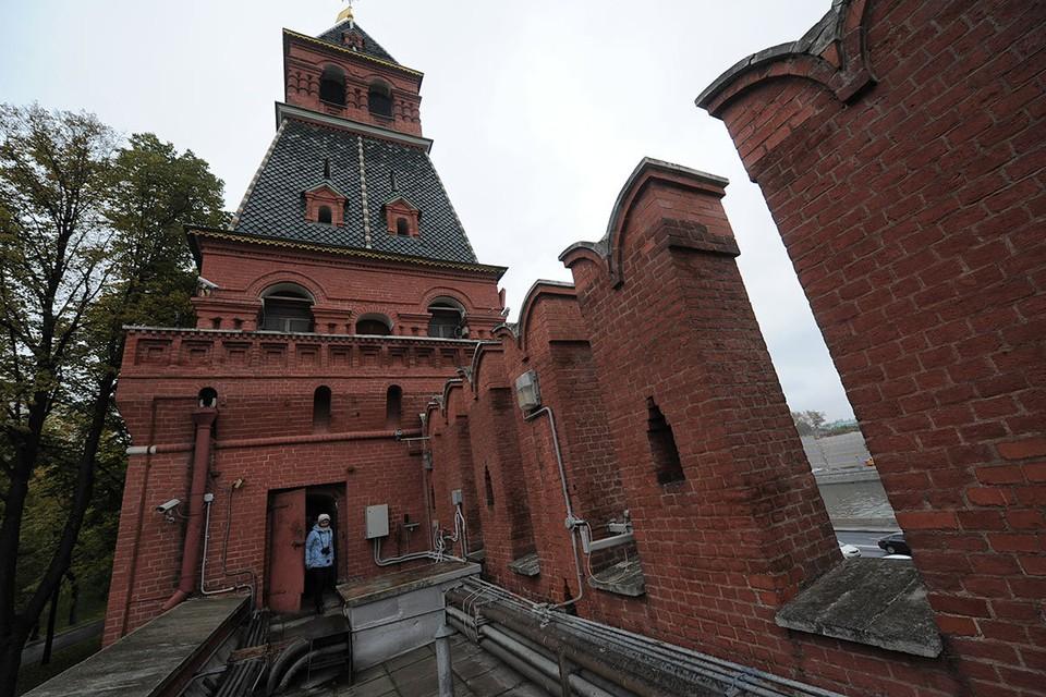 Москва. Вид на Благовещенскую башню с Кремлевской стены.