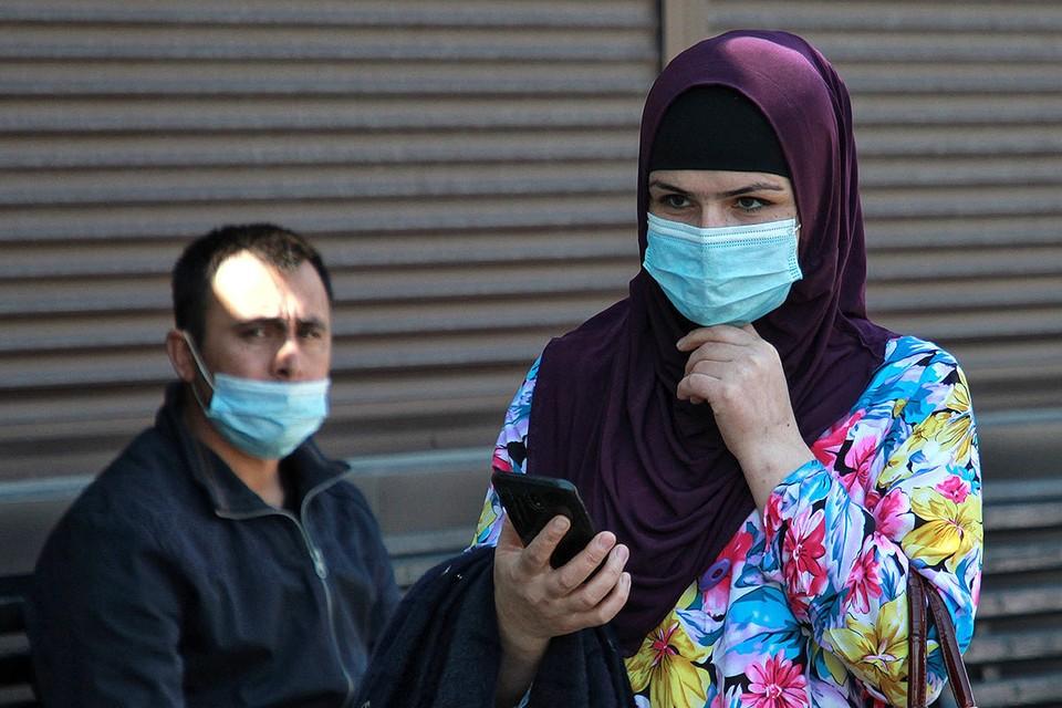 Прохожие в масках на улицах Иркутска.