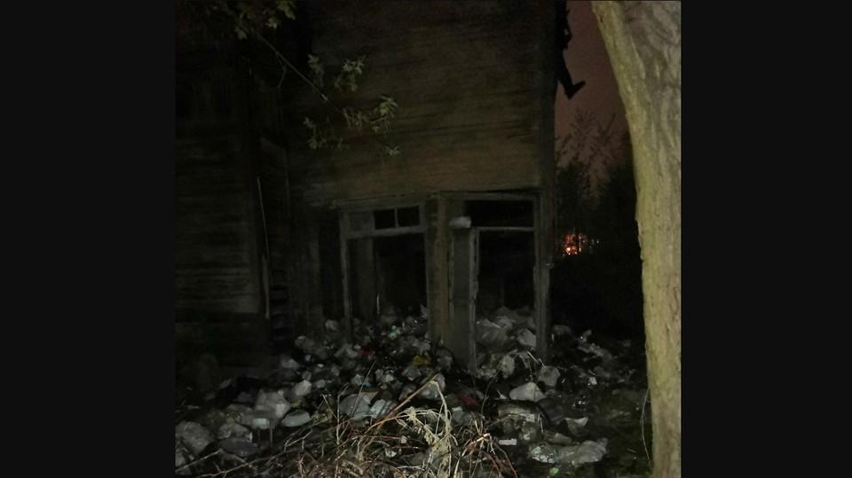 Старинный дом скрывается под горами мусора