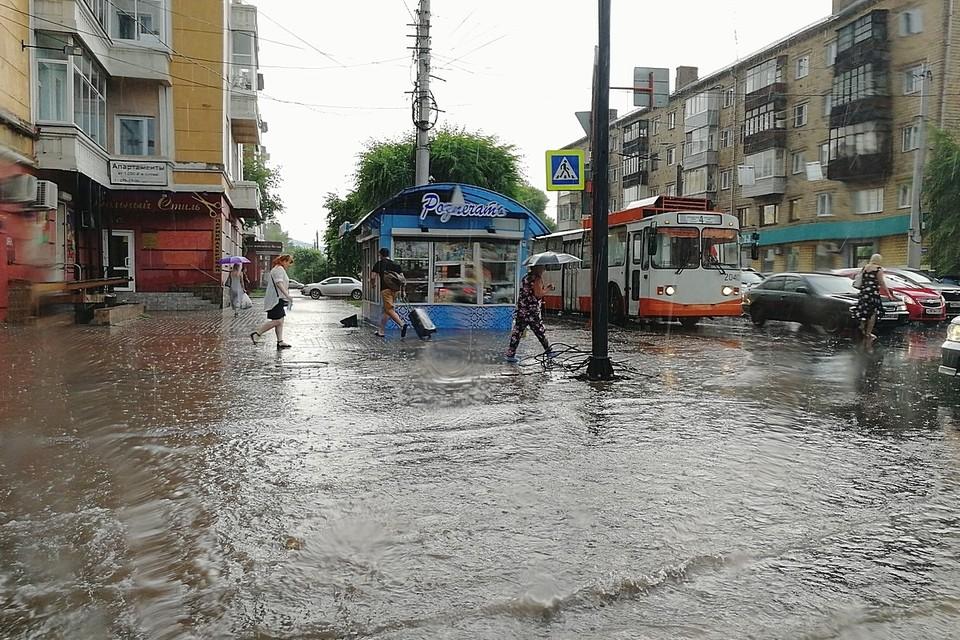 После аномальной жары на Красноярск обрушилась мощная гроза с ливнем.