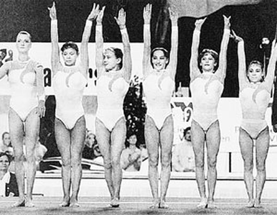 Мария Засыпкина (вторая справа) в составе серебряной сборной России образца 2001-го. На сегодняшний день три из шести гимнасток травмированы.