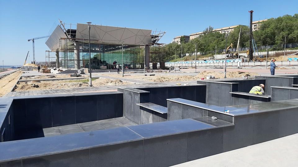 Этот фонтан из семи бассейнов уже облицевали гранитом.
