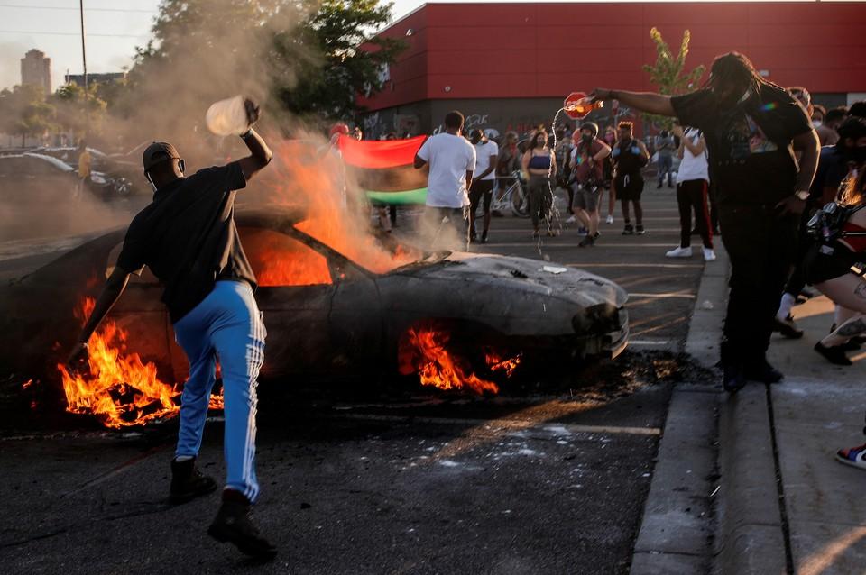 Протесты, переросшие в беспорядки и погромы, начались в Миннесоте после того, как полицейский задушил при задержании 46-летнего Джорджа Флойда