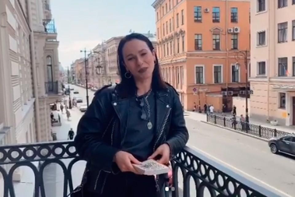 Исчезновение изображения поэта с улиц Петербурга Катю, конечно, расстроило.