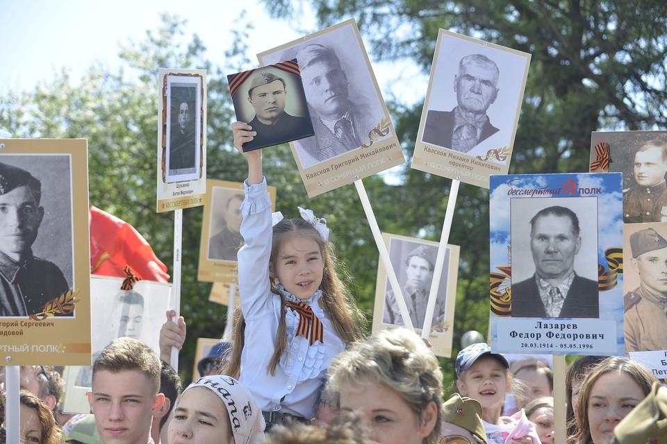 В акции «Бессмертный полк» ежегодно участвуют тысячи людей.