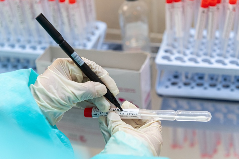 Тестов на коронавирус делают много, больных обнаруживают все чаще.